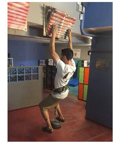 Suspensiones lastradas en regleta (ejercicio dirigido a la fuerza máxima de dedos)